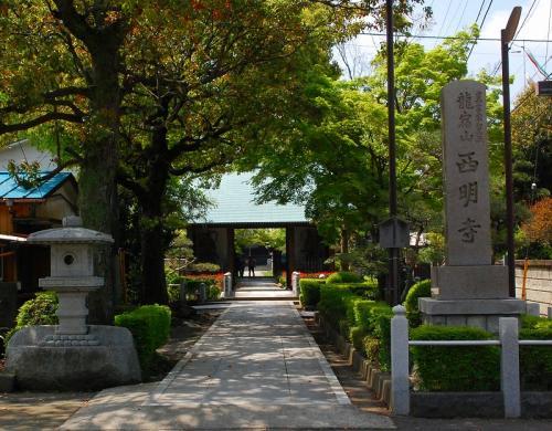 新丸子の駅を降りてからは、歩いて等々力球場へ。<br />これは、西明寺。