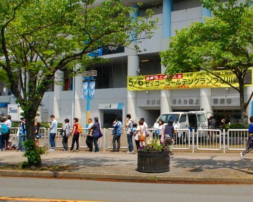 川崎フロンターレの試合で盛り上がっていましたが、気にせず通過。