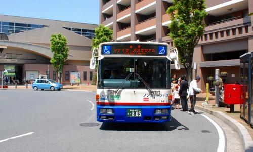 このバスで、ファイターズタウンまで行きます。<br />100円を払って、乗り込みます。
