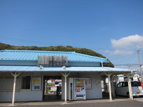 11:25浜松町発の京成バスに乗って出発!<br /><br />GW初日、思いのほかアクアラインが空いていて、ほぼ到着予定時刻通り、13:00頃に君津駅前に到着。<br /><br />残念ながら、1時間に1本ほどしかない浜金谷行きのJRが出てしまったばかりだったので、ホームでのぉんびり電車を待つことに。<br /><br />君津駅前、何にもなかったので^^;<br /><br />浜金谷まで30分程。14時半前に浜金谷に到着。