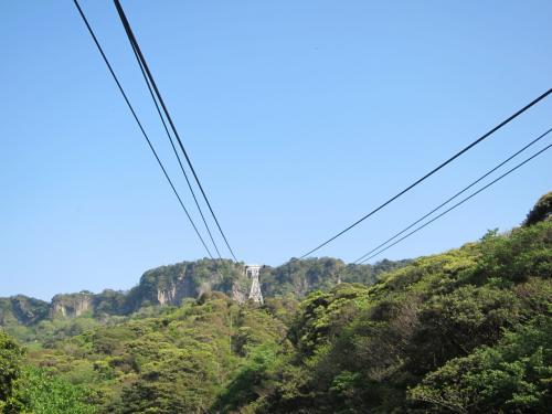 <br />片道500円を支払ってロープウェーに。<br /><br />鋸山はかつて採石場として使われていたらしく、<br /><br />そのために岩肌が露出しているんだとか。<br /><br />