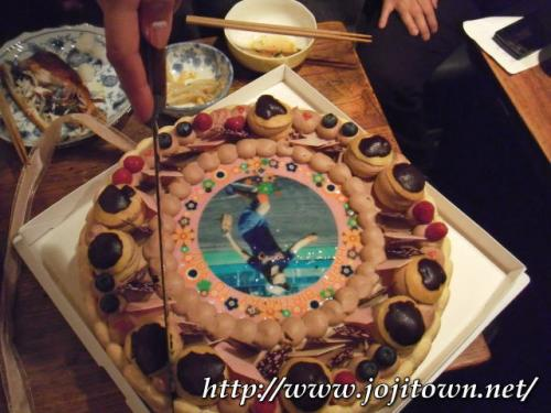 ・2011/4/1<br />おやぢナイト炸裂ライブ終了後は打ち上げ&お誕生日会へとなだれ込みです。<br /><br />節目のお誕生日だったので、写真入りケーキを特注しました。喜んでいただけて嬉しかった〜\(^o^)/