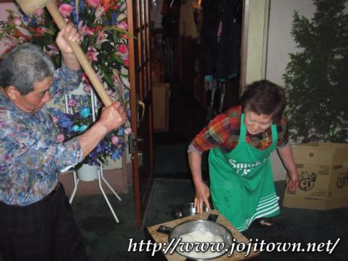 ・2011/4/8<br />臼は手作りだそーです。へぇ〜〜〜<br />あ〜ほんとだ〜〜〜!<br />ステンレスのボールじゃないですか。<br />なんだか母の故郷、会津を思い出しちゃう。そんなほっこりした景色を撮影させていただいちゃいました。ラッキー(^^♪