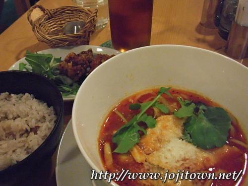 ・2011/4/11<br />ランチは前から気になっていた「麺Dining セロリの花」でトマトスープ麺を食べました。とりあえず初見なのでハーフセット¥680を注文。<br /><br />唐揚げとご飯はいただけませんでしたが、麺は好みの味でした。ま、麺は中華ですが、スープはイタリア〜ンです。辛味が程よく、スープの濃厚さと相まって食べやすかったですよ。<br /><br />
