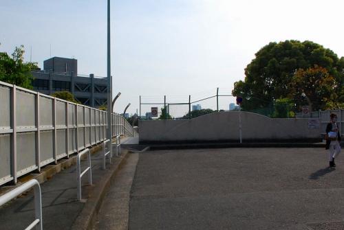 乃木坂の駅の上を歩いていきます。<br />