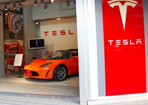 テスラさんだ!<br />電気自動車だねぇ。