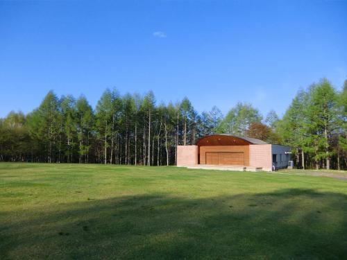 広い芝生と野外音楽堂(写真)。毎年夏の終わり(8月下旬)にはここを舞台に蓼科音楽祭が行われる。<br />