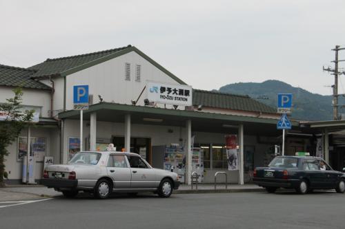 伊予大洲駅です。ここが最寄駅になります。<br />特急電車が停車するのでアクセスは良い感じです。<br />まずは大洲城に向かいます。