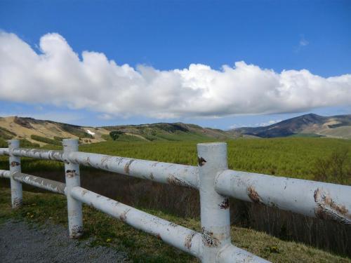 八子ケ峰山麓にある「しらかば2in1スキー場」方面(写真)