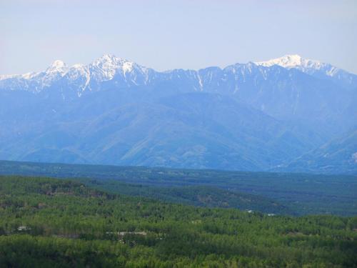 折角なので、アップで、右から甲斐駒ヶ岳、仙丈岳、北岳と続く。<br />