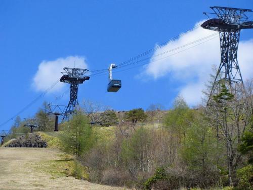 ピラタス蓼科ロープウェイ(写真)は一年中利用価値がある。これに乗って標高2237mの山頂駅に行く。往復1800円<br />