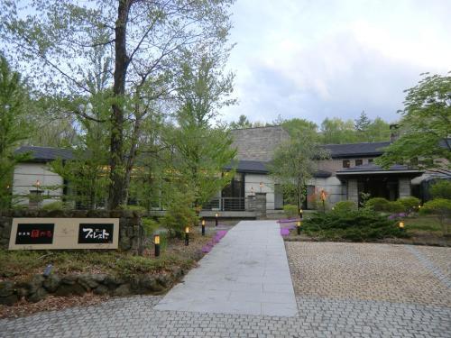 ヴィラ北軽井沢エルウイングのレストラン棟(写真)はホテルの裏側に独立して建っている。