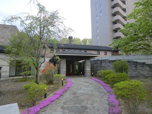 レストラン棟(写真)には「焼肉ダイニング・フォレスト」と「和食処・京かる」の2つ店がある。夕食営業はこの2店のみで、残念ながらフレンチやイタリアンのレストランはない。