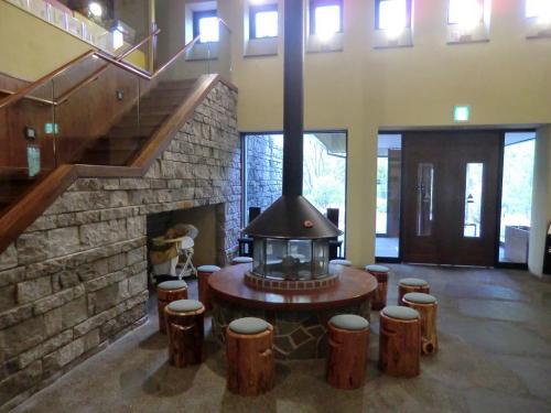 レストラン棟のエントランスには暖炉(写真)が置かれ重厚ないい雰囲気である。