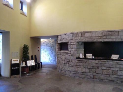 「焼肉ダイニング・フォレスト」(写真)に入る。石造りの壁が重厚感を出している。