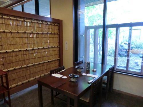 テーブル式の半個室(写真)。町の和食レストランと変わり映えがせず、インパクトなし。