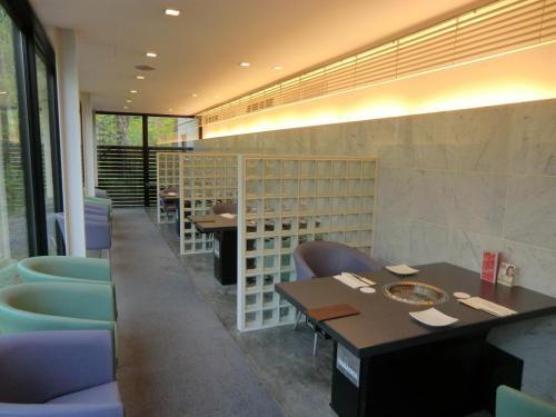 全テーブル席(写真)が仕切りで区分けされているので、個室感覚がある。