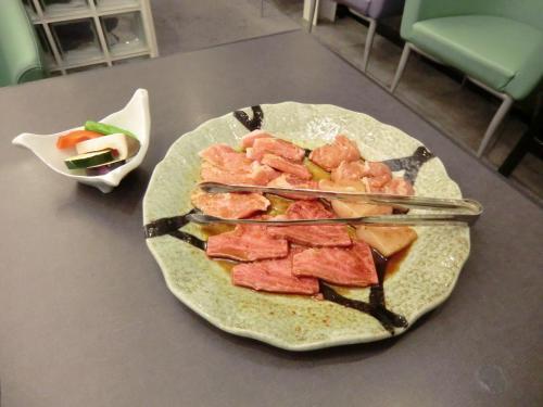 牛、豚、鶏の肉一式(写真)。各部位の説明があったが、焼き肉に詳しくないので省略する。