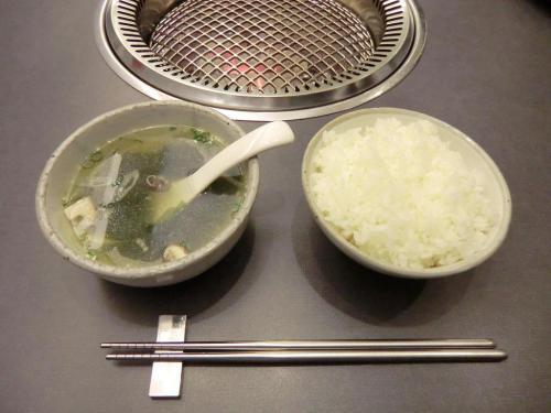 ご飯とワカメのスープ(写真)。これも完全に家庭料理だ。