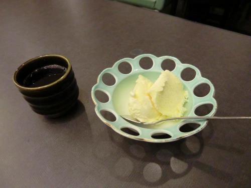 デザートのアイスクリーム(写真)。高原のリゾートホテルで優雅にコース料理を味わいたい私としては期待外れの「焼肉ダイニング」であった。
