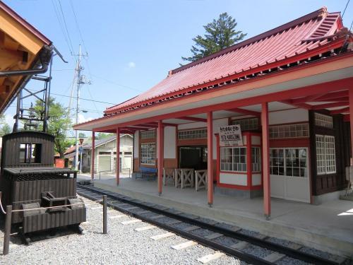鉄道の廃止に伴い次々に駅舎が姿を消していくなか、当時の姿を現在までとどめた唯一の駅舎が 旧草軽電鉄「北軽井沢駅舎」(写真)である。 <br />