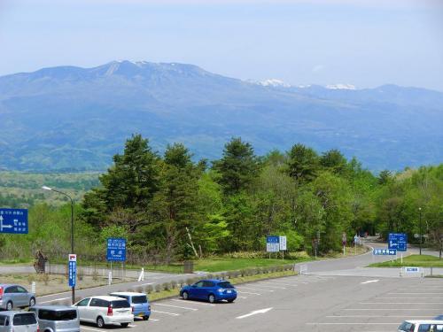 「鬼押出し園」からは遠くに「本白根山(2165m)」、雪をかぶった「岩菅山(2341m)、烏帽子岳(2230m)」(写真)が見える。<br />