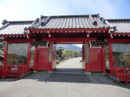 赤い外壁が印象的な「惣門」(写真)は赤鬼を連想させる。<br />