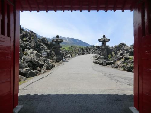 「惣門」(写真)をくぐり抜け、表参道(510m)を登る。<br />