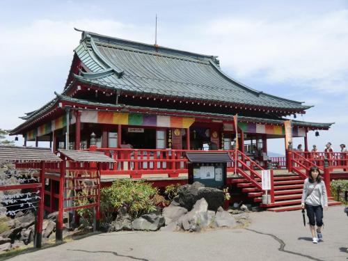 東叡山寛永寺別院「浅間山観音堂」(写真)のお参りをする。浅間山噴火の犠牲者の霊を供養するため昭和33年(1958年)に建てられた。<br />