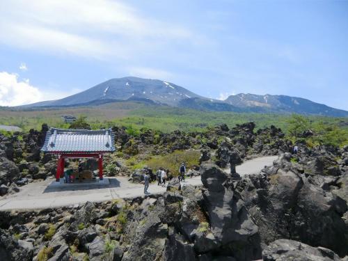 「浅間山観音堂」からの眺め(写真)は良く、正面に「浅間山(2568m)」「黒斑山(クロフヤマ:2405m)」が迫る。<br />