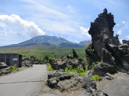 奥の参道の見晴し台から見た奇岩と浅間山(写真)。実は、この反対側が凄い。