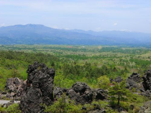 見晴し台から眼下に大森林帯(写真)が広がり、浅間山と白根山とに囲まれた「北軽井沢」は緑の絨毯になっている。しかも、針葉樹林、広葉樹林と様々な植生を持ち豊かな森を形成している。<br />