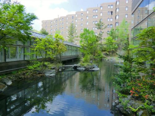 渡り廊下(写真)を通ってフロントへ行く。このホテルはRCI加盟リゾートなので、エクシブ、セラヴィ等のメンバーは交換利用できる。利用料金は洋室2部屋(4ベッド・約81m?)(4名定員)のルームチャージで1室1泊13860円。詳しくは以下参照。http://www.rci-japan.co.jp/domestic/m_domestic_resort/kantou/hotelkaruizawa1130/1130.html<br />