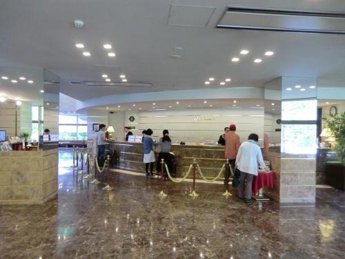 フロント(写真)はそれ程大きくはないが、大理石の床が高級感を演出している。平日でもそれなりにお客がチェックアウトしている。