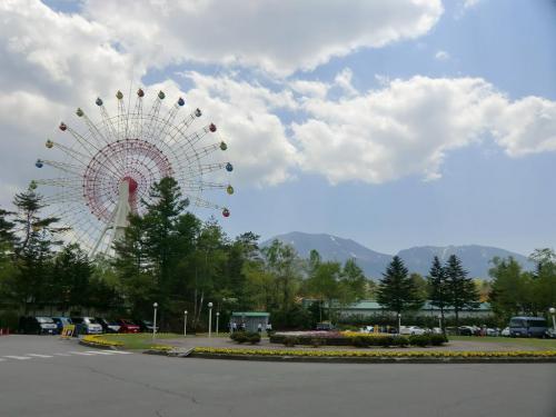 ここは大きな観覧車(写真)が目印の「軽井沢おもちゃ王国」が有名である。