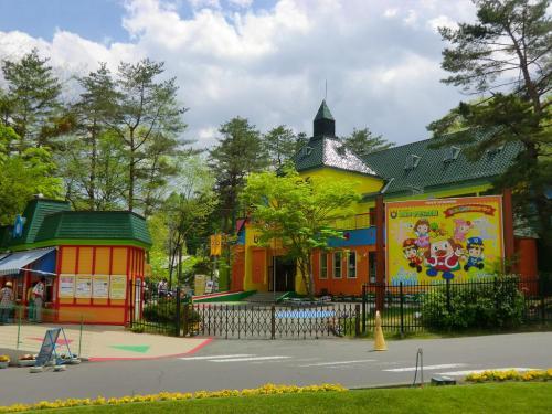 「軽井沢おもちゃ王国」入り口(写真)。入園すると全10館あるパビリオンが無料でおもちゃ、ゲームで遊び放題という。全て屋内型なので天気を気にせず遊べる。子供連れファミリーの強い味方!以下参照。<br />http://www.omochaoukoku.com/karuizawa/<br />