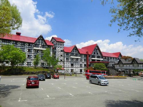 目的地は「ホテルグリーンプラザ軽井沢(メイン館)」(写真)である。赤い屋根と白い外壁が洋風の雰囲気を出している。以下参照。<br />http://www.hgp.co.jp/inf/Z10/hgp/<br />