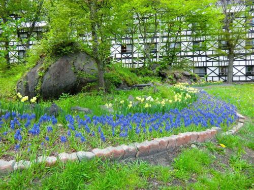 ここには「軽井沢白樺高原教会」「リゾート館・レスパ」「ペッドリーム」「コネクション館」等、様々な施設がある。写真:綺麗に花が植えられているホテルの前庭