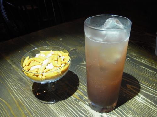 写真左の柿ピーは何と90円!<br /><br />ショートカクテル1杯分くらい入っています。
