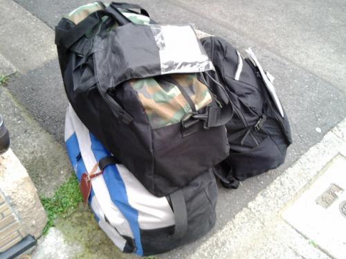 6月5日。午後発は久々です。<br />成田までは友人が車で送ってくれました。<br />いつもより少ない3つのバッグ(全部1つ1,050円)の一番上に載っているのはレンタルDVD。返してから出発です。