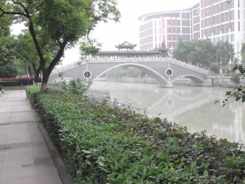 「京杭大運河」沿いを歩きます。
