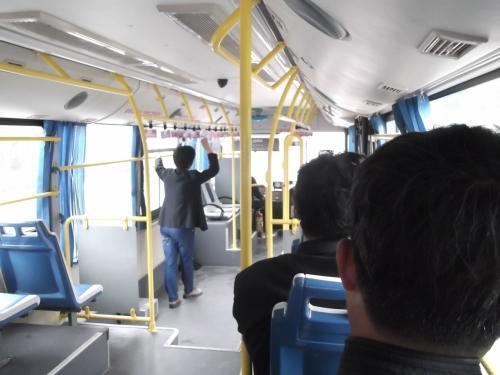 バスは午前中の為まだガラガラです。