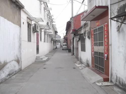 静かな住宅街を怪しい日本人が侵入します。