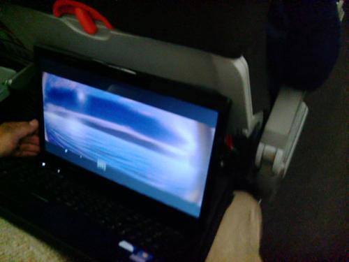 座席の前後間隔の狭さと、リクライニングが浅いことが欠点ですね。<br />持ち込んだノートパソコンで映画を観てました。