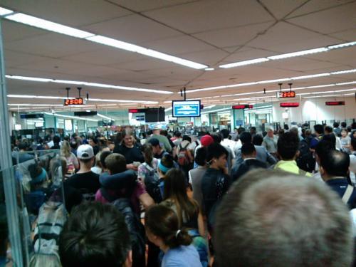 機内で入国カードは配られず。。。(^_^;)<br />イミグレーションは1時間待ちの混雑でした。