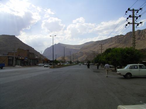 イラン-トルコ国境のイラン側の町 Maku<br /> 谷合いの とても小さな町だった。<br /> 国境がなければ、<br /> 訪れる人もほとんどいないと思われる。