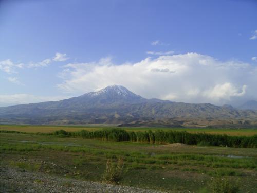 アララト山<br />トルコ側国境の近くからアララト山を見る。 <br />国境のトルコ側はイミグレーションの他なにもなく、<br />国境の町ドゥバヤジットまで草原の中を走る。