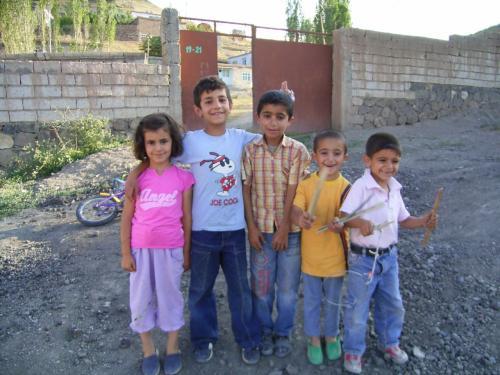 トルコの子ども<br />ドゥバヤジットの町外れで