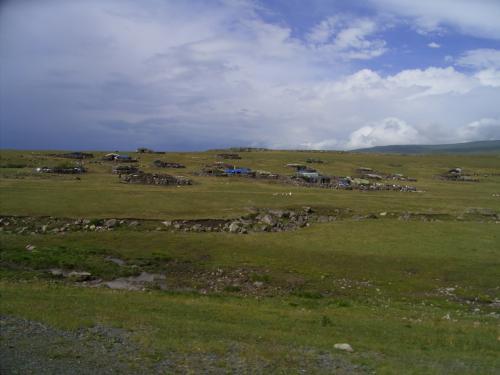 遊牧民のテントを時折り見るほかは 人がいない。