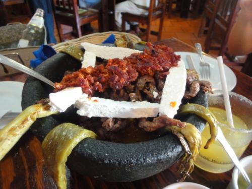 MOLCAJETE DE ARRACHERAです。<br /><br />これは、通常メキシコ料理のお店に行くと必ずお奨めにされる一品です。アラチェラという牛肉ハラミの部分をグリルし、ナパルやチョリソーなど、メキシコではよく食べられる品々を、豪快に盛り付けた品。<br /><br />実は店長あんまり好きではないのですが、例外的にここのモルカヘテだけは大好き!トルティーヤに好きなものをたっぷり包んで口に運ぶと、ビールがあーーー美味い!!<br /><br />が、激辛なので注意してください(^^)<br /><br />PS.ツウは、この注文に+CHISTOLAと付け足します(チョリソーなんですが、種類が異なりまして、店長も普通のチョリソーよりチストラの方が好きなので、通常この注文をする時は、からず、モルカヘーテ デ アラチェラ コン チストーラと注文を出します。